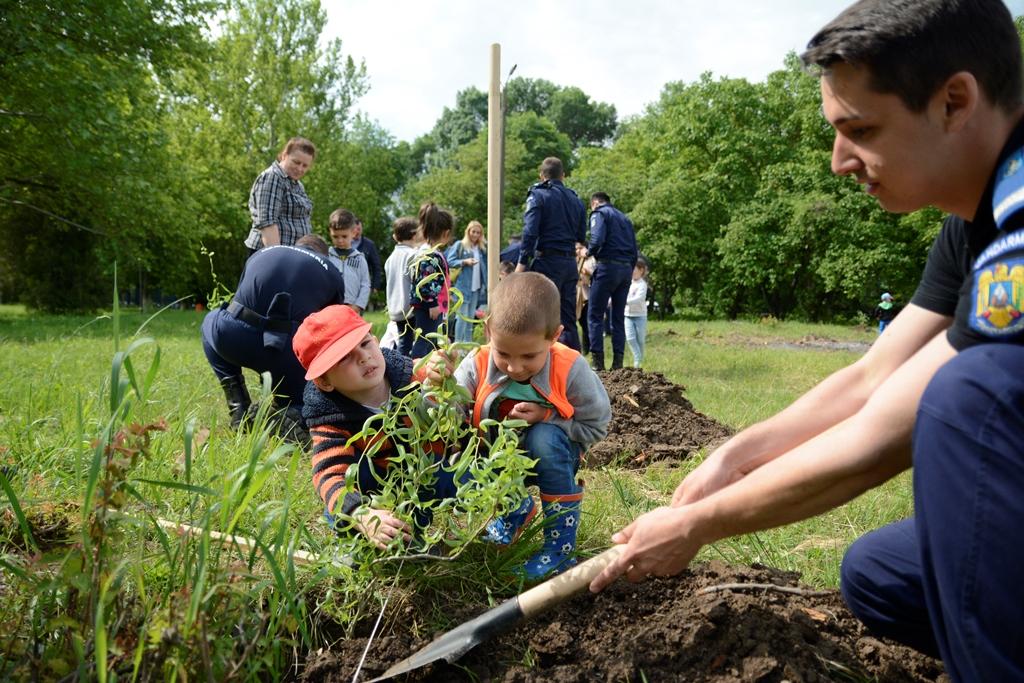 """Copiii de la Grădinița nr. 222 au plantat copaci în curtea Academiei de Poliție """"Alexandru Ioan Cuza"""""""
