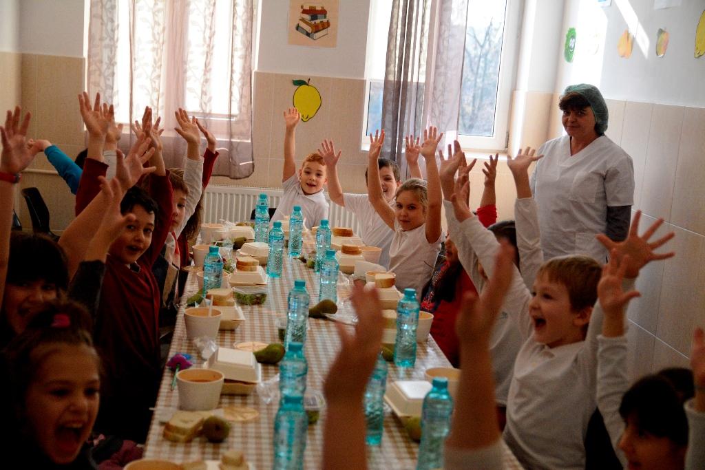 Mii de elevi din Sectorul 1 vor beneficia gratuit, în viitorul an școlar, de o masă caldă și de sprijin de specialitate în realizarea temelor